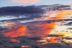 Überlagerte Formen von schönen Wolken mit rotem Sonnenuntergang Lizenzfreie Stockfotografie