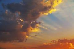 Überlagerte Formen von schönen Wolken mit rotem Sonnenuntergang Lizenzfreie Stockfotos