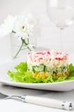 Überlagerte Krabbe haftet Salat mit Mais Lizenzfreie Stockfotos