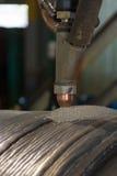 Überlagerte schweißende harte Oberflächenbearbeitung der Stahlrolle versenken vorbei Bogenschweißverfahren lizenzfreie stockfotografie