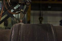 Überlagerte schweißende harte Oberflächenbearbeitung der Stahlrolle versenken vorbei Bogenschweißverfahren stockfotografie