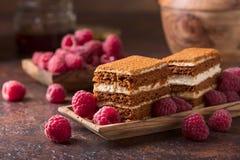 Überlagerter Honigkuchen mit Sahne und Himbeeren lizenzfreies stockfoto