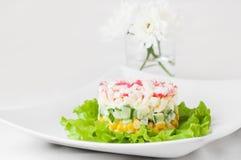 Überlagerter Krabbenstocksalat auf Kopfsalatblättern Stockfotos