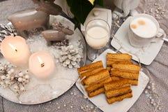 Überlagerter Kuchen des Bonbons mit Kaffee Weihnachtszusammensetzung Stockfoto