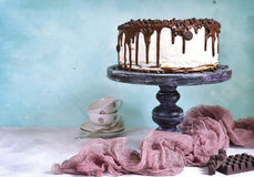 Überlagerter Kuchen mit Sahne Füllen und Schokoladenbelag Lizenzfreie Stockfotos
