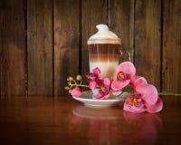 Überlagerter Latte mit Orchidee Lizenzfreies Stockfoto