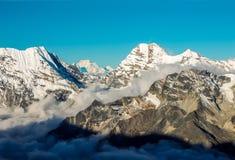 Überlagerter Mountain View mit Lichtern und Schatten-Wolken im Tal stockfoto