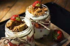 Überlagerter Nachtisch mit Erdbeere Lizenzfreie Stockfotografie