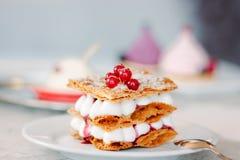 Überlagerter Sahnenachtisch Millefeuille mit Vanillecreme und roten Beeren lizenzfreie stockbilder