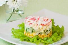 Überlagerter Salat von Krabbenstöcken und -mais stockbilder