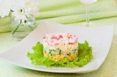 Überlagerter Salat von Krabbenstöcken und -mais lizenzfreies stockfoto
