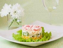 Überlagerter Salat von Krabbenstöcken und von in Büchsen konserviertem Mais Stockbild