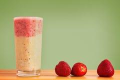 Überlagerter Smoothie mit Erdbeeren und Bananen Lizenzfreie Stockfotos