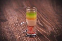 Überlagertes Schusscocktail mit Alkohol Stockfoto