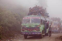Überlastungsbus im Nebel Nepal lizenzfreies stockfoto