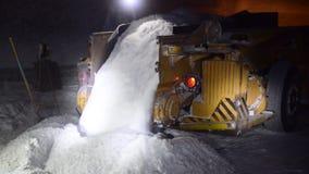 Überlastungssalz im Bergwerk stock footage