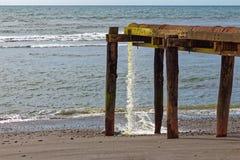 Überlaufrohr, das in das Meer spuckt lizenzfreies stockbild