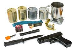 Überlebensausrüstung mit Notversorgungen, Taschenlampe und Gewehr Stockfotos