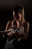 Übermüdetes allein erziehende Mutter mit ihrem Baby lizenzfreie stockbilder