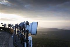 Übermittler und Antennen auf der Telekommunikation ragen während des Sonnenuntergangs hoch lizenzfreies stockfoto