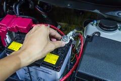 Überprüfen Sie Autobatterie Stockfoto