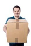Überprüfen Sie bitte das Gewicht dieses Paketes stockbild