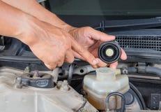 Überprüfen Sie Bremsflüssigkeitseinlaß, Wagenpflege, Kontrollauto sich, Chec Stockfoto