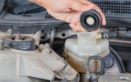 Überprüfen Sie Bremsflüssigkeitseinlaß, Wagenpflege, Kontrollauto sich, Chec Stockbild