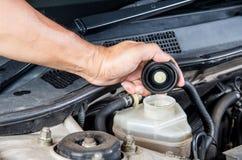 Überprüfen Sie Bremsflüssigkeitseinlaß, Wagenpflege, Kontrollauto sich, Chec Stockfotografie