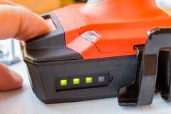 Überprüfen Sie das Batterieniveau des Schraubenziehers Lizenzfreie Stockfotos