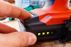 Überprüfen Sie das Batterieniveau des Schraubenziehers Lizenzfreie Stockbilder