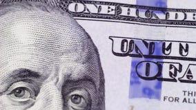 Überprüfen Sie die neuen hundert Dollarscheine unter einer Lupe stock footage