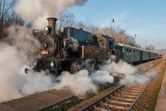 Überprüfen Sie heraus den historischen Dampfzug auf Bahnen Lizenzfreie Stockbilder