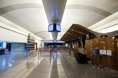 Überprüfen Sie herein entgegengesetzt im Flughafen Lizenzfreies Stockbild