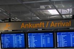 Überprüfen Sie herein, Flughafen-Ankunftsinformations-Brettzeichen lizenzfreie stockbilder