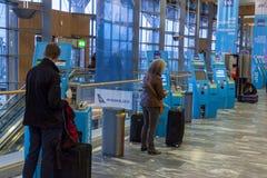 Überprüfen Sie herein Maschine an internationalem Flughafen Oslos Gardermoen Lizenzfreie Stockfotos