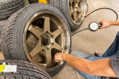 Überprüfen Sie Reifendruck mit Reifenmessgerät Standards stockfoto