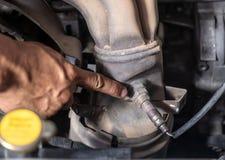 Überprüfen Sie und ändern Sie das Sauerstoff-Sensor-Auto stockfoto