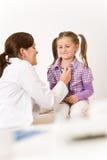 Überprüfenkind des weiblichen Doktors mit Stethoskop Lizenzfreie Stockbilder