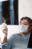 Überprüfenröntgenstrahl Bild des fälligen Doktors stockbilder