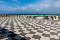 Überprüfte Promenaden-Promenade durch das Meer Lizenzfreie Stockfotos
