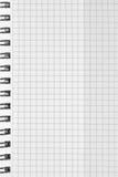 Überprüftes Hintergrundmuster des gewundenen Notizbuches, vertikaler karierter quadratischer offener Notizblockkopienraum, geheft Stockfotos