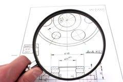 Überprüfung der technischen Zeichnung. Fokus auf Zeichnung. Lizenzfreie Stockfotografie