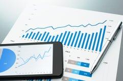 Überprüfung des Finanzberichts Dokument und intelligentes Telefon Stockfoto
