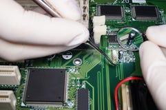 Überprüfung einer elektronischen Schaltung mit Zahnärzten zu Stockfotografie