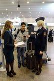 Überprüfung von Dokumenten von den fremden Passagieren am Flughafen Sheremetyevo Lizenzfreie Stockfotografie