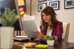 Überprüfungsbüro der dokumente der Frau zu Hause lizenzfreie stockfotos