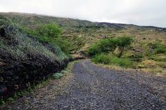 Überquerung der Insel über eine Kopfsteinstraße Stockfoto