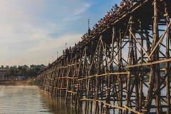 Überraschen mit langer hölzerner Brücke Stockbild