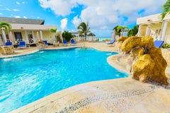 Überraschen, offene Ansicht des Swimmingpools mit ruhigem Türkiswasser Badekurort des königlichen Services weit einladend am im F stockfoto